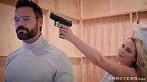 وهدد رجل مع بندقية من قبل فتاه شقراء التي تريد ان تمارس الجنس معه