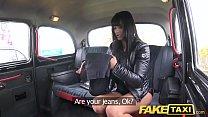 تضع هذه المرأة رجلا في سيارة أجرة