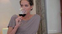 انه يعطيه كاسا من النبيذ الأحمر للحصول علي أكثر سخونة