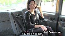 تدفع المرأة رحلة سيارة أجرة باستخدام المهبل
