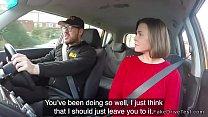 المرأة تمارس الجنس في السيارة مع هذا الرجل المجهز