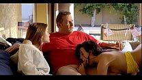 رجل ناضج يمارس الجنس مع فتاتين جميلتين