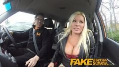 السيدة ذات الصدور الكبيرة تمارس الجنس في سيارة صغيرة