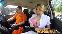 سيدة شقراء يجعل الجنس في السيارة مع سيارة مدرب صبي