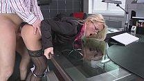 تحتاج السكرتيرة شقراء إلى ممارسة الجنس من رئيسها