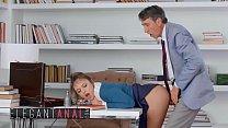 فتاة شابة تمارس الجنس في المكتب الذي تعمل فيه
