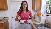 المرأة لطيف لا نظيفة في المنزل الفارغ