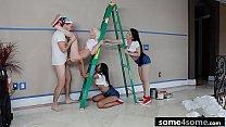 الرجل يمارس الجنس مع ثلاث فتيات متعاطفين