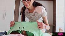المرأة مع النظارات تريد أن تمتص ديك على الفور