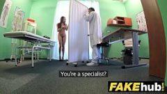 يدير الطبيب ممارسة الجنس مع مريض متحمس