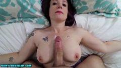 امرأة جميلة تريد ممارسة الجنس مباشرة في مهبل لها