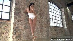 لديها أرجل طويلة ومهبل صغير سيء