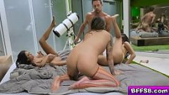 رجل يمارس الجنس مع ثلاث نساء لطيفات