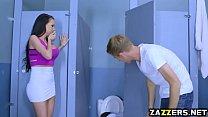 يلتقي بها في المرحاض ويعطيها ديك حتى يقتلها
