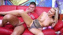 امرأة شقراء مع مهبل صغير يريد ممارسة الجنس في كس