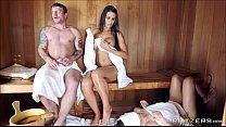 ممارسة الجنس في الساونا مع امرأتين لطيف