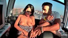 رجلان يمارسان الجنس مع امرأة من رومانيا