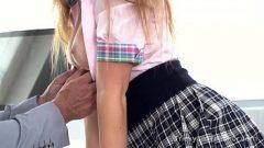 امرأة شابة في تنورة قصيرة كانت تحصل على بوسها لطيف