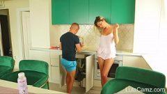 الجنس في المطبخ مع المرأة المميزة