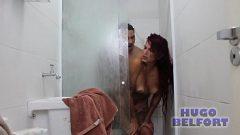 مارس الجنس المرأة بشكل جيد أثناء الاستحمام