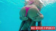 الجنس في المسبح مع صديقتي اللطيفة