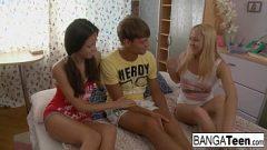 الشابات يستمتعن بممارسة الجنس معه